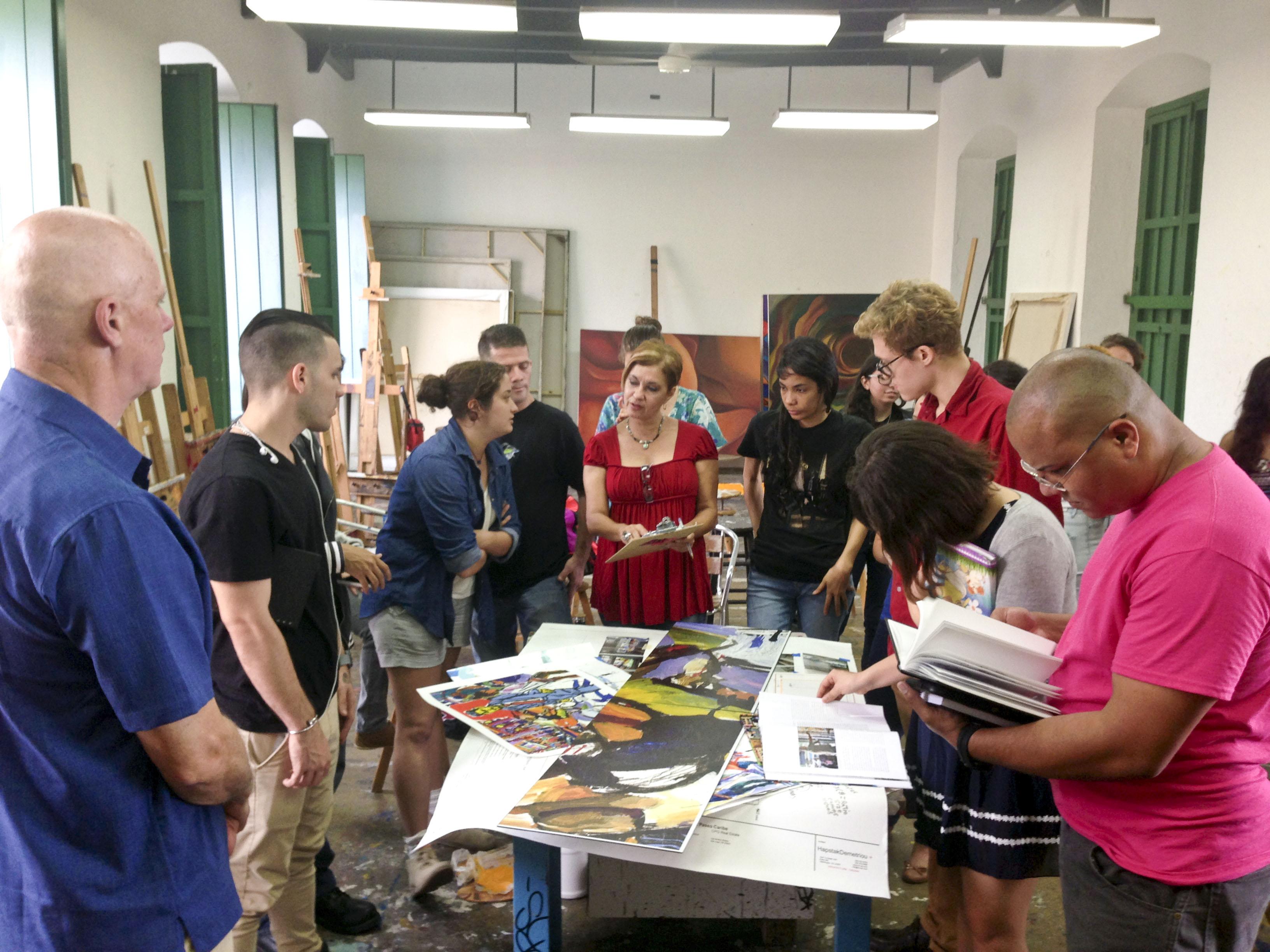 Tom Christopher working with students of Escuela de Artes Plásticas y Diseño de Puerto Rico